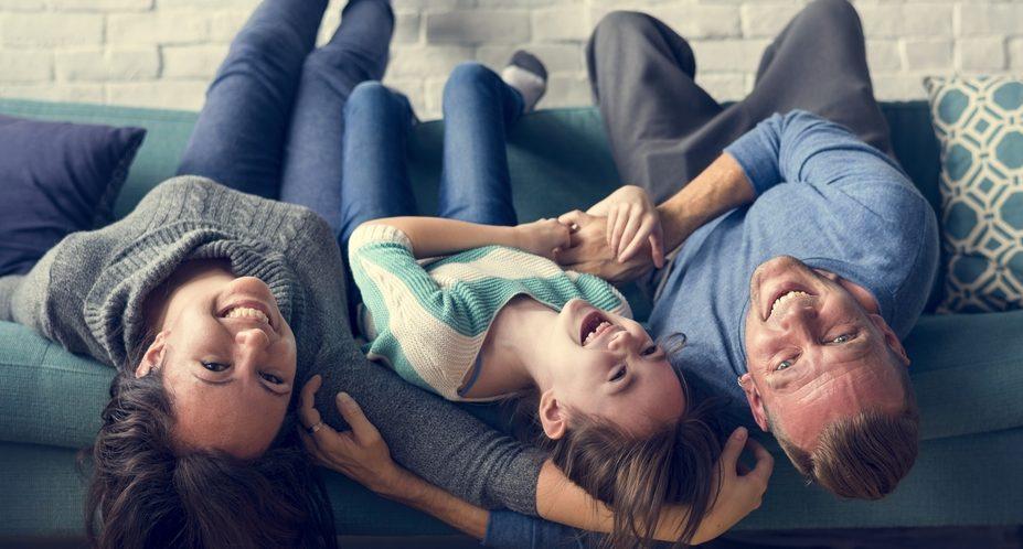 Imagem de família feliz ilustra post que fala que qualidade de vida deve ser prioridade em apartamento novo, do blog da Morar Construtora